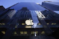 Logotipo da Apple aceso em uma loja da companhia em Sydney. 19/09/2014 REUTERS/David Gray