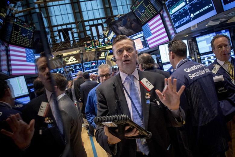 Traders work on the floor of the New York Stock Exchange November 11, 2014.  REUTERS/Brendan McDermid