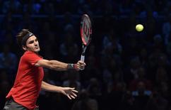 Tenista suíço Roger Federer em jogo contra japonês Kei Nishikori pelo ATP World Tour Finals, em Londres, na Inglaterra, nesta terça-feira. 11/11/2014 REUTERS/Toby Melville