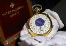 Un montre de poche en or fabriquée par la maison suisse Patek Philippe pour un banquier new-yorkais au début des années 1930 a été vendue aux enchères mardi 23,2 millions de francs suisses (19,3 millions d'euros), battant ainsi un record qu'elle avait elle-même inscrit il y a 15 ans, selon la maison Sotheby's. Le vendeur et l'acheteur ont choisi de rester anonymes.  /Photo prise le 5 novembre 2014/REUTERS/Denis Balibouse