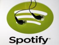 Unos auriculares junto al logo de Spotify en una ilustración fotográfica en Zenica, Bosnia, feb 20 2014. El portal de reproducción de música Spotify hizo una apasionada defensa de su modelo de negocio, diciendo que combate la piratería y que ha pagado unos 2.000 millones de dólares a la industria y los artistas desde su lanzamiento en 2008.   REUTERS/Dado Ruvic