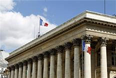 Les principales Bourses européennes évoluaient en baisse mercredi dans les premiers échanges, le secteur bancaire tirant la cote vers le bas après les amendes infligées à cinq établissements par différents régulateurs pour manipulation présumée des taux de change. Vers 9h45, le CAC 40 recule de 0,59% à Paris, le Dax cède 1,06% à Francfort et le FTSE abandonne 0,33% à Londres. /Photo d'archives/REUTERS/Charles Platiau