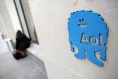 El logo de AOl visto en sus oficinas en Nueva York. imagen de archivo, 05 noviembre, 2014. Al menos dos de los 10 principales accionistas de Yahoo están tan descontentos con los esfuerzos de la presidenta ejecutiva Marissa Mayer por dar un giro a la compañía, que están pidiendo directamente al jefe de AOL, Tim Armstrong, que explore la posibilidad de una fusión y controle a la empresa combinada. REUTERS/Andrew Kelly