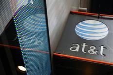 Imagen de archivo una tienda de AT&T en Nueva York, oct 29 2014. AT&T no necesita activos de la gigante de telecomunicaciones mexicana América Móvil, del magnate Carlos Slim, para tener éxito en México, dijo el miércoles el presidente ejecutivo de la firma estadounidense en una conferencia con inversores. REUTERS/Shannon Stapleton