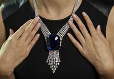 Jóia com safira Blue Belle da Ásia. 6/11/2014 REUTERS/Denis Balibouse (