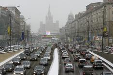 L'effondrement du marché automobile en Russie s'est ralenti en octobre à la faveur de la baisse du rouble et d'une prime à la casse instaurée par le gouvernement. /Photo d'archives/REUTERS/Sergei Karpukhin