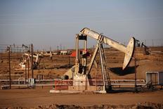 Vista de un campo petrolero durante el atardecer en Bakersfield. Imagen de archivo, 14 octubre, 2014. La gubernamental estadounidense Administración de Información de Energía recortó su previsión para el crecimiento de la demanda mundial de petróleo para este año en 120.000 barriles por día (bpd) a 900.000 bpd. REUTERS/Lucy Nicholson