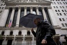 La Bourse de New York a terminé mercredi sur une note stable, marquant une pause après une série de records de clôture inscrits lors des dernières séances.  L'indice Dow Jones a cédé 0,02%, le Standard & Poor's 500 a reculé de 0,08% et le Nasdaq Composite a progressé de 0,31%. /Photo d'archives/REUTERS/Brendan McDermid