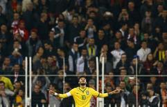 Neymar comemora seu segundo gol durante amistoso com a Turquia, em Istambul, nesta quarta-feira. 12/11/2014 REUTERS/Murad Sezer