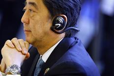El primer ministro de Japón, Shinzo Abe, asiste a la cumbre de la ASEAN en Naypyitaw, 12 noviembre, 2014. Una abrumadora mayoría de las compañías japonesas quieren que el primer ministro Shinzo Abe postergue o descarte un previsto aumento de impuestos, mostró un sondeo de Reuters, destacando las preocupaciones de que podría interferir con una frágil recuperación económica. REUTERS/Damir Sagolj