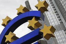Una estructura con la forma del euro frente a la sede del Banco Central Europeo en Frankfurt. Imagen de archivo, 11 julio, 2012. Un grupo considerable de expertos redujo el jueves sus previsiones de inflación y crecimiento en la zona euro, poniendo de relieve una tendencia que podría empujar al Banco Central Europeo (BCE) a tomar medidas de política monetaria más contundentes para reanimar la economía del continente. REUTERS/Alex Domanski