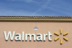 """El logo de Walmart en uno de sus supermercados en Los Angeles. Imagen de archivo, 26 noviembre, 2013. Wal-Mart Stores Inc reportó un incremento de un 2,9 por ciento en sus ingresos del tercer trimestre, gracias a fuertes ventas en sus tiendas de formato pequeño """"Neighborhood Market"""". REUTERS/Kevork Djansezian"""