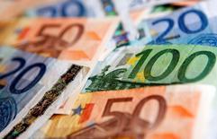 La croissance dans la zone euro devrait être extrêmement faible sur le dernier trimestre 2014 et le premier trimestre 2015, selon une enquête Reuters réalisée auprès d'économistes. Le produit intérieur brut (PIB) de la zone euro devrait croître de 0,2% ce trimestre et de 0,3% le suivant, selon l'enquête publiée jeudi, qui prédit une croissances moyenne annuelle de 0,7% en 2014 et 1,1% en 2015.  /Photo d'archives/REUTERS/Kacper Pempel