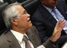 El ministro saudita de Petróleo, Ali al-Naimi, habla con periodistas después de una reunión de la OPEP en Vienna. Imagen de archivo, 11 junio, 2014. Las primeras declaraciones en meses del ministro de Petróleo de Arabia Saudita sobre el mercado dejaron a los delegados de la OPEP preguntándose si apoyará los pedidos de recortar el bombeo cuando el grupo productor se reúna en dos semanas, en medio del desplome de los precios del crudo. REUTERS/Heinz-Peter Bader