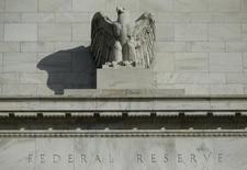 Detalle del frontis del edificio de la Reserva Federal de Estados Unidos en Washington. Imagen de archivo, 28 octubre, 2014.  La Reserva Federal sigue favoreciendo el plan para comenzar a  subir las tasas de interés de Estados Unidos a mediados del 2015, de acuerdo a un sondeo de Reuters realizado entre economistas, pero a un ritmo menor de lo que los propios funcionarios de la Fed han aconsejado como apropiado. REUTERS/Gary Cameron