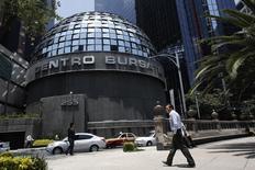 El edificio de la Bolsa Mexicana de Valores (BMV) en Ciudad de México, ago 28 2014. La Bolsa Mexicana de Valores (BMV) dijo el jueves que levantó la suspensión de la cotización de las acciones de la constructora de viviendas Hogar, impuesta desde el 2 de mayo al incumplir con la presentación de su reporte anual del 2013. REUTERS/Tomas Bravo