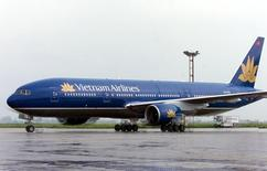 Самолет Boeing 777-200ER компании Vietnam Airlines в аэропорту Ханоя 23 августа 2003 года. Национальный авиаперевозчик Vietnam Airlines Co Ltd привлёк 1,09 триллиона донгов ($51,2 миллиона), продав пакет в 3,47 процента в ходе IPO, сообщила местная биржа. REUTERS/STR New