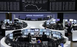Traders are pictured at their desks in front of the DAX board at the Frankfurt stock exchange November 13, 2014.     REUTERS/Remote/Stringer