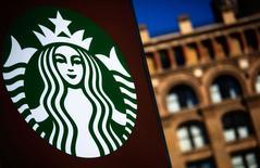 L'accord fiscal entre Starbucks et les Pays-Bas pourrait constituer une aide d'Etat illégale car il permet au groupe américain de payer un impôt sur les sociétés calculé sur une assiette réduite, estime la Commission européenne (CE). /Photo prise le 24 janvier 2014/REUTERS/Eric Thayer