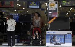 Pessoas em loja de eletrodomésticos no Rio de Janeiro. 18/08/2011  REUTERS/Ricardo Moraes