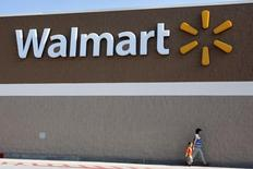 """Personas caminan por afuera de un supermercado Walmart en Rogers, Arkansas. Imagen de archivo, 04 junio, 2009.  Un grupo de empleados de Walmart que presiona por un aumento de los salarios en la compañía anunció el viernes que realizará protestas en 1.600 tiendas con ocasión del """"Viernes Negro"""", el mayor día de compras del año en Estados Unidos. REUTERS/Jessica Rinaldi"""