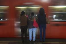 Mujeres esperan para abordar un carro del metro de Ciudad de México. 23 de octubre de 2014. El grupo francés de ingeniería Alstom obtuvo un contrato por 5,812 millones de pesos (429.4 millones de dólares) para la modernización de 85 trenes del metro de Ciudad de México, dijo el Gobierno de la capital mexicana. REUTERS/Edgard Garrido