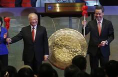 Hong Kong Exchanges and Clearing Ltd. Chairman Chow Chung-kong (L) and Hong Kong Chief Executive Leung Chun-ying smile after hitting a gong during the launch ceremony of the Shanghai-Hong Kong Stock Connect in Hong Kong November 17, 2014. REUTERS/Bobby Yip