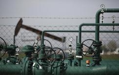 Датчики давления и станок-качалка OMV на нефтяном месторождении под Гензендорфом 8 апреля 2014 года. Цены на нефть снижаются, так как в Японии началась рецессия, а Международное энергетическое агентство (IEA) не ожидает повышения цен в ближайшем будущем.REUTERS/Leonhard Foeger