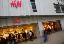 Hennes & Mauritz, n°2 mondial de prêt-à-porter, annonce des ventes en hausse de 14% pour le mois d'octobre, un chiffre supérieur aux attentes. /Photo d'archives/REUTERS/Kai Pfaffenbach