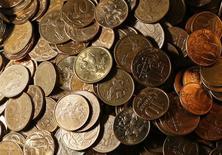 Монеты номиналом 10 и 50 копеек в офисе частной компании в Красноярске 6 ноября 2014 года. Рубль дешевеет на спокойных торгах понедельника вслед за нефтью и под угрозой новых санкций со стороны Евросоюза. Дилеры отмечают локальные экспортные продажи валюты, которые сдерживают падение в условиях тонкого рынка, подверженного волатильности после отказа ЦБ проводить регулярные валютные интервенции. REUTERS/Ilya Naymushin