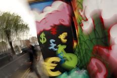 Símbolos monetarios pintados en un muro en la ciudad de Dublín. Imagen de archivo, 22 octubre, 2014. Un incremento en las exportaciones impulsó el superávit comercial de la zona euro en septiembre a más del doble del valor del mes anterior, según unos datos publicados el lunes, lo que apunta a una contribución positiva del comercio al crecimiento económico del bloque monetario en el tercer trimestre. REUTERS/Cathal McNaughton