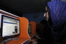 Una jóven afghana navega en internet en un cibercafé en Kabul. Imagen de archivo, 12 septiembre, 2012. Frustrados por las estrictas reglas sociales, los afganos jóvenes y educados están aprendiendo rápidamente que los tabúes pueden eludirse con un teléfono móvil. REUTERS/Mohammad Ismail