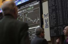 En Bourse de Madrid. Les actions de la zone euro se retournent à la hausse lundi en début d'après-midi, soutenues par les valeurs bancaires, dans un marché cependant indécis et prudent. L'indice Euro Stoxx 50, qui regroupe les principales valeurs de la zone euro, avance de 0,16% avec la hausse de 0,64% des banques de la région (+1,07% pour les banques italiennes et +0,95% pour les espagnoles). /Photo prise le 17 novembre 2014/REUTERS/Andrea Comas