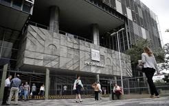 Personas caminan frente a la sede de la compañía brasileña Petrobras en Rio de Janeiro. Imagen de archivo, 14 noviembre, 2014. La brasileña Petrobras espera que su producción de petróleo crezca entre un 5,5 por ciento y un 6 por ciento en el 2014 con respecto al 2013, por debajo de su meta para el año, mostró una presentación de la compañía el lunes. REUTERS/Sergio Moraes