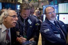 Operadores trabajan en el piso de la bolsa de Nueva York. Imagen de archivo, 14 noviembre, 2014. Las acciones bajaban el lunes en la apertura en la bolsa de Nueva York, después de cuatro semanas consecutivas de ganancias de los principales índices, presionadas por un dato que mostró que Japón cayó en recesión.  REUTERS/Brendan McDermid