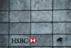 Una sucursal de HSBC vista en la ciudad de Londres. Imagen de archivo, 12 noviembre, 2014. Un juez belga acusó de fraude tributario y lavado de dinero a una filial suiza de HSBC Holdings Plc, acusando al banco con sede en Gran Bretaña de ofrecer a comerciantes de diamantes y otros clientes ricos formas de esconder su dinero y evadir impuestos. REUTERS/Stefan Wermuth