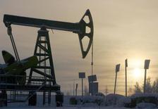 Нефтяной станок-качалка под Нефтеюганском 19 декабря 2004 года. in this file photo. Финансовая система РФ сейчас гораздо лучше готова к значительным колебаниям цен на нефть и другим негативным внешним факторам, чем в предыдущие годы, считает председатель Банка России Эльвира Набиуллина. REUTERS/Sergei Karpukhin