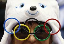Болельщик на Олимпиаде в Сочи 20 февраля 2014 года. Международный олимпийский комитет (МОК) может разрешить подачу совместных заявок на проведение Олимпийских игр разным городам и странам, пытаясь сократить расходы и повысить интерес к соревнованиям. REUTERS/Mark Blinch