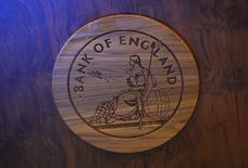 Un logo del Banco de  Inglaterra tallado en madera en su sede en Londres. Imagen de archivo, 13 noviembre, 2013.  La inflación de Gran Bretaña repuntó levemente en octubre desde mínimos de cinco años, aunque se espera que los precios se debiliten de nuevo pronto, destacando por qué el Banco de Inglaterra está señalando que no comenzará a elevar las tasas de interés hasta bien entrado el próximo año. REUTERS/Toby Melville