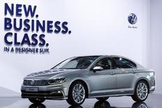 Un Volkswagen Passat es presentado durante una ceremonia de lanzamiento en Potsdam. Imagen de archivo, 03 julio, 2014.  Las ventas de autos nuevos en Europa subieron un 6,2 por ciento en octubre respecto a igual mes del año anterior, debido a un elevado volumen de transacciones y a que grupos líderes del sector como Volkswagen y BMW registraron una mayor demanda en sus mercados clave. REUTERS/Thomas Peter