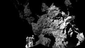 Una imagen entregada por la Agencia Espacial Europea de la sonda Philae sobre la superficie de un cometa. Imagen de archivo, 13 noviembre, 2014.  La sonda europea Philae, que se posó sobre un cometa, encontró moléculas orgánicas que contienen carbono, base de la vida en la Tierra, antes de que se agotara su batería, dijeron científicos alemanes el martes. REUTERS/ESA/Rosetta/Philae/CIVA/Handout via Reuters