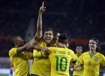 Firmino comemora gol do Brasil sobre a Áustria em Viena nesta terça-feira.   REUTERS/Leonhard Foeger