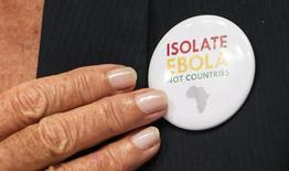 Presidente do Fundo Monetário Internacional (FMI), Christine Lagarde, usa o botton de uma campanha pelo não isolamento dos países afetados pelo Ebola na África, durante evento do Banco Mundial em Washington. 11/10/2014.  REUTERS/Joshua Roberts