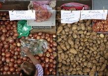 Cliente escolhe cebolas em um mercado de rua em São Paulo. 28/04/2013. REUTERS/Paulo Whitaker