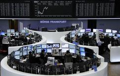 Les principales Bourses européennes reprennent un peu de couleurs mercredi à la mi-séance, soutenues par des relèvements de recommandations dans la santé et l'assurance. Sur les principaux marchés en Europe, seul Londres était dans le rouge avec un FTSE en recul de 0,16% vers 12h00, tandis que le CAC 40 gagnait 0,34%, le Dax prenait 0,44%. et l'EuroStoxx 50 0,39%. /Photo prise le 19 novembre 2014/REUTERS