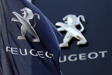 Selon trois sources proches du dossier, PSA Peugeot Citroën se prépare à supprimer l'an prochain 3.450 postes en France, notamment via une dispense d'activité pour ses salariés les plus âgés, afin de continuer à gagner en compétitivité. /Photo d'archives/REUTERS/Charles Platiau