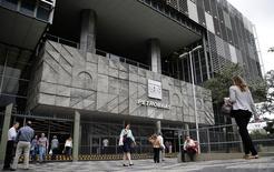 La sede de Petrobras en Río de Janeiro, nov 4 2014. La petrolera estatal brasileña Petrobras despidió a uno de sus ejecutivos por supuesta corrupción e identificó a cerca de 15 empleados más que también estarían implicados en contratos irregulares con suministradores, afirmó el miércoles una fuente familiar con la situación. REUTERS/Sergio Moraes