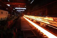 Цех завода ThyssenKrupp Steel Europe AG в Дуйсбурге 29 ноября 2013 года. Крупнейший производитель стали в Германии ThyssenKrupp возобновляет выплату дивидендов на год раньше, чем ожидалось, пообещав скромные выплаты для акционеров после того, как прибыль превысила прогнозы. REUTERS/Ina Fassbender