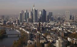 Vista de los rascacielos en el distrito bancario de Frankfurt. Imagen de archivo, 31 octubre, 2014.  El crecimiento de la actividad empresarial en la zona euro ha sido más débil que cualquier pronóstico este mes y los nuevos pedidos cayeron por primera vez en más de un año a pesar de una reducción adicional de los precios, según un sondeo difundido el jueves. REUTERS/Kai Pfaffenbach
