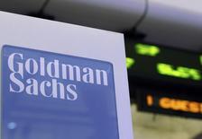 El logo de Goldman Sachs visto en el piso de la bolsa de Nueva York. Imagen de archivo, 18 enero, 2012. Goldman Sachs Group dijo que despidió a dos ejecutivos luego de que un empleado subalterno entregó información confidencial del Banco de la Reserva Federal de Nueva York, su antiguo empleador, a un colega de alto rango en el banco de inversión.  REUTERS/Brendan McDermid